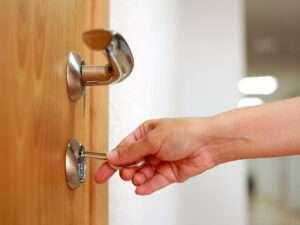 chiuso fuori casa con chiavi dentro
